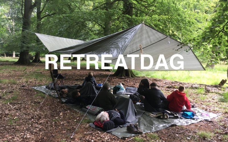En retreatdag i Dyrehaven, pressingen beskytter mod regnen