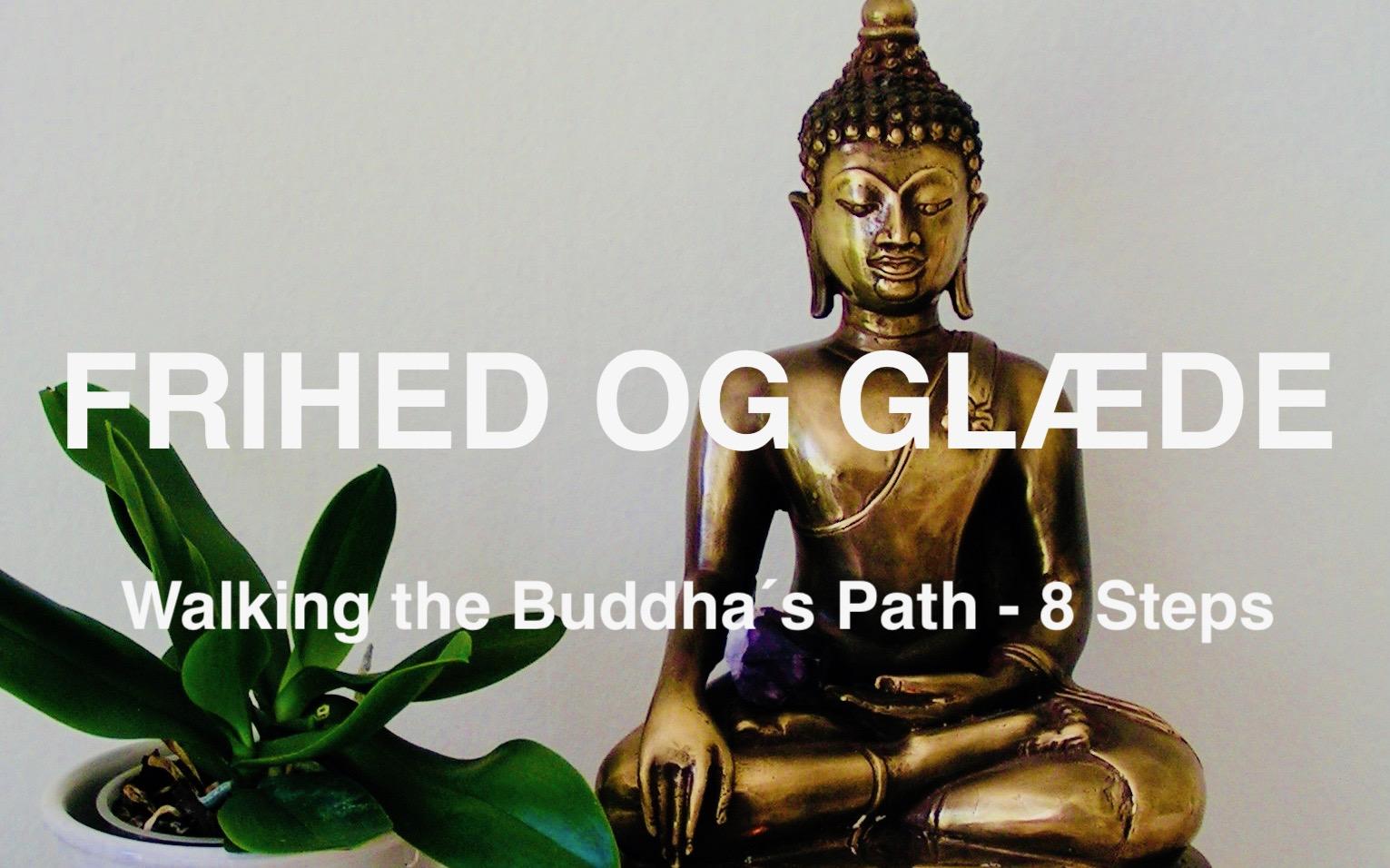 Messing Buddha sammen med en plante